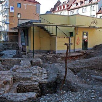 Ausgrabungen der Mauerreste aus dem siebten bis zwölften Jahrhundert Anfang April 2010.