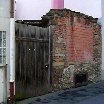 Das Fenster - es war vielleicht von einem Ladengeschäft - wurde einfach zugemauert.