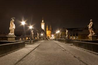 Schnee auf der Alten Mainbrücke