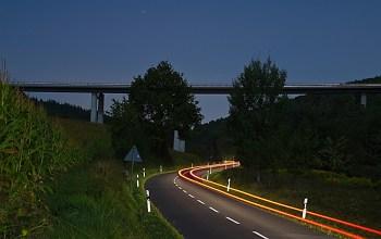 """Nachts im """"Rottenbaurer Grund"""". Die Brücke ist die Y-Spange welche die B27 mit dem Heuchelhof verbindet."""