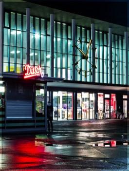 Würzburg Hauptbahnhof bei Nacht.