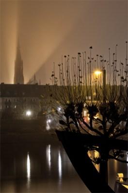 Blick auf Würzburg in einer Novembernacht mit viel Nebel.