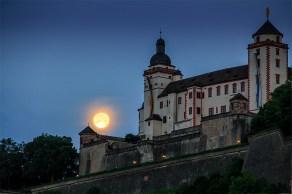 So schön wie in dieser Nacht im Juni 2013 schmiegt sich der Mond selten direkt an die Festung Marienberg.