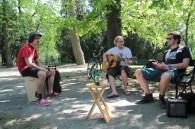 ... beim Musik machen auf der Parkbank.