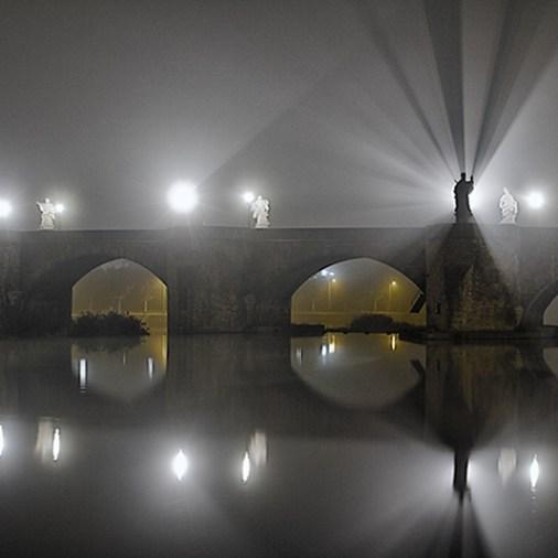 """""""Nebel extrem"""" an der Alten Mainbrücke in Würzburg."""