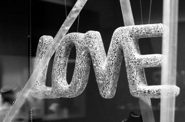 """""""Love"""" - Schaufensterdekoration für Hochzeitsringe eines Würzburger Juweliers"""