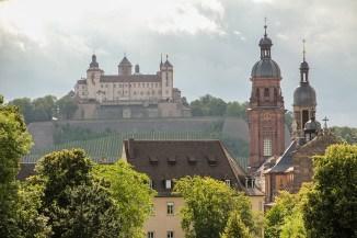 Blick aus dem Residenzgarten hinüber zur Festung Marienberg.