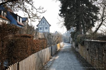 Fußweg entlang der alten Stadtmauer.