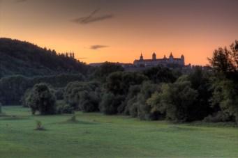 Sonnenuntergang über den Mainwiesen mit Blick zur Festung Marienberg