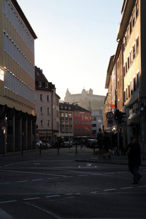 """Fast jeden Abend - vor allem im Winter - kann man das """"Lichtspiel"""" der tief stehenden Sonne in der Eichhonrstraße bewundern."""