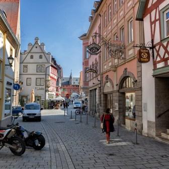 Blick in die Altstadt mit dem alten Rathaus auf der linken Seite.