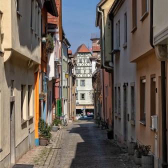 Hier gibt es viele alte und enge Gassen mit schönen Häusern zu sehen.