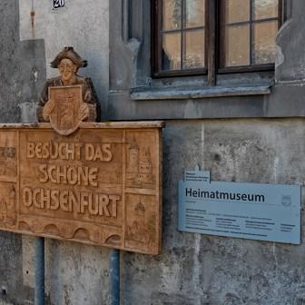"""""""Besucht das schöne Ochsenfurt"""". Diese Schilder findet man an vielen Stellen in der Stadt."""