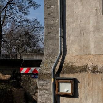 Am Heimatmuseum kann man die Hochwasserstände aus vielen Jahrhunderten ablesen.