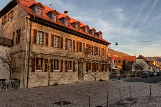 """In Randersacker gibt es einige alte Gasthäuser wie z.B. den """"Gasthof Bären"""". Das Schild am Haus trägt die Inschrift """"Seit 1644""""."""