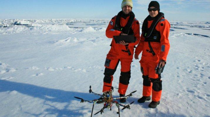 Die Würzburger Doktoranden Tobias Mikschl und Michael Strohmeier mit einem Multikopter in der Arktis. (Foto: Alfred-Wegener-Institut / Tobias Mikschl)