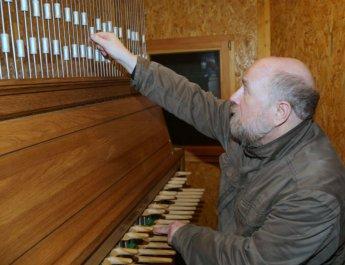 Süßer Klang trifft hartes Metall: Carilloneur Jürgen Buchner bei der Arbeit. (Foto: Markus Hauck / POW)