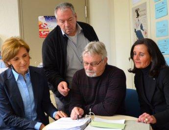Elisabeth Jentschke (links) und Edith Raab vom Zonta Club Würzburg Electra erkundigen sich bei Volker Stawski (stehend) und Helmut Rahner, wie stark der städtische Nothilfefonds von Seniorinnen nachgefragt wird. (Foto: Zonta Club Würzburg Electra)