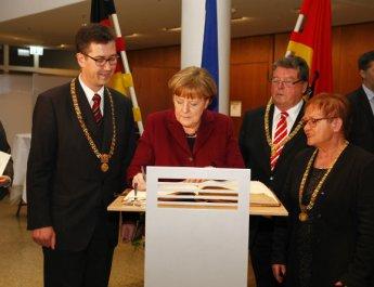 Bundeskanzlerin schreibt Würzburgern gute Wünsche ins Goldene Buch