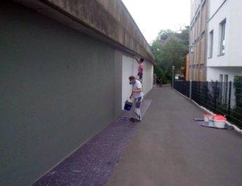 Ein riesiges Schüler-Graffito gegen Rassismus