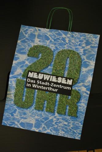 Handel: Tragtaschen-Sujet für längere Öffnungszeiten im Neuwiesen Winterthur