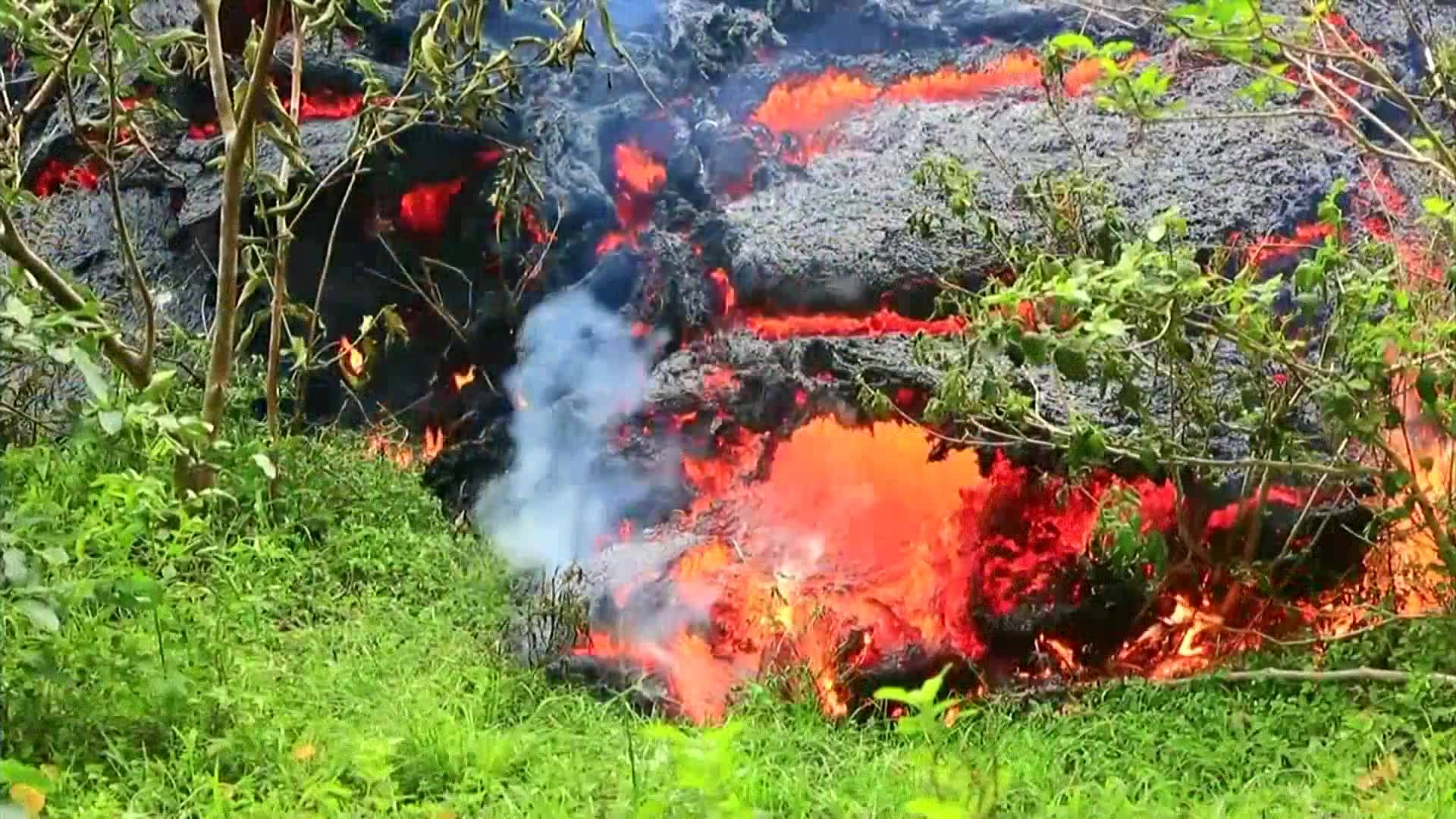 New_lava_fissures_open_as_Hawaii_awaits__0_20180513194331