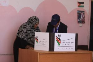 szef-komisji-wyborczej-pomaga-niewidzacemu-wyborcy