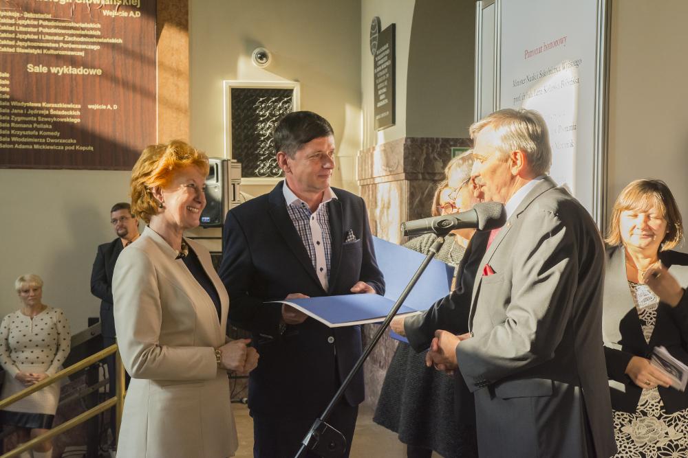 Od lewej dyrektor Wydawnictwa Uniwersytetu Kazimierza Wielkiego Grażyna Jarzyna, prof. UKW Ryszard Nowicki i JM Rektor UAM prof. dr hab. Bronisław Marciniak.