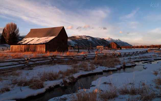 """""""This was the Hansen Ranch on Spring Gulch Ranch. Clifford Peter Hansen (October 16, 1912 – October 20, 2009) was a American politician from the state of Wyoming. A Republican, he served as the 26th Governor of Wyoming. I took this shot on Christmas Eve when out on a nice evening ride. When I rounded the bend and saw the light I knew I had to act quickly. I almost locked my keys in the car but if I did it didn't matter I got a nice shot for an early Christmas gift."""" — Kathy Tompkins (Kathy Tompkins/Flickr — click to enlarge)"""