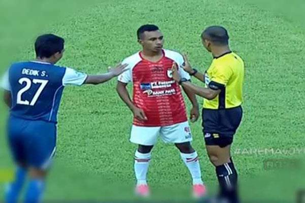 Laporan Pertandingan Sepakbola Liga Indonesia Arema FC VS Persipura