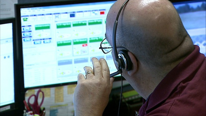 Warren officials tour Trumbull 911 Center_32852