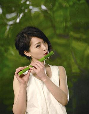 Châu Tấn thổi sáo trúc - một bức ảnh sẽ được đăng trên tờ Time Out.