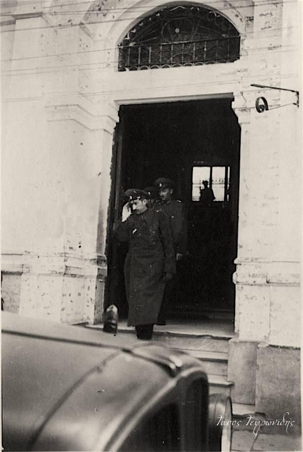Ο Βούλγαρος Τσάρος (Βασιλιάς) Βόρις εξέρχεται απο το κτήριο του Ισαάκ Δανιέλ ( Χατζηδάκειο ) έδρα της Γενικής Διοίκησης Αιγαίου στην οδο Βενιζέλου κατά την επίσκεψή του στη Ξάνθη. 1943