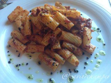 Rigatoni con tomate y olivada