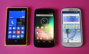 Le LG Google Nexus 4 encadré par le Nokia Lumia 920 et le Samsung Galaxy SIII.