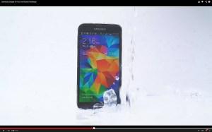 Ice Bucket Challenge: le Samsung Galaxy S5 peut jouer la carte de la décontraction...