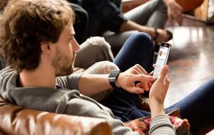 La TV est plus chronophage que le smartphone, selon Samsung.