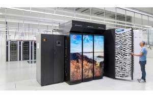 A droite, les deux armoires du nouveau Cray ST Storm. L'ancien supercalculateur est égayé d'un paysage alpin.