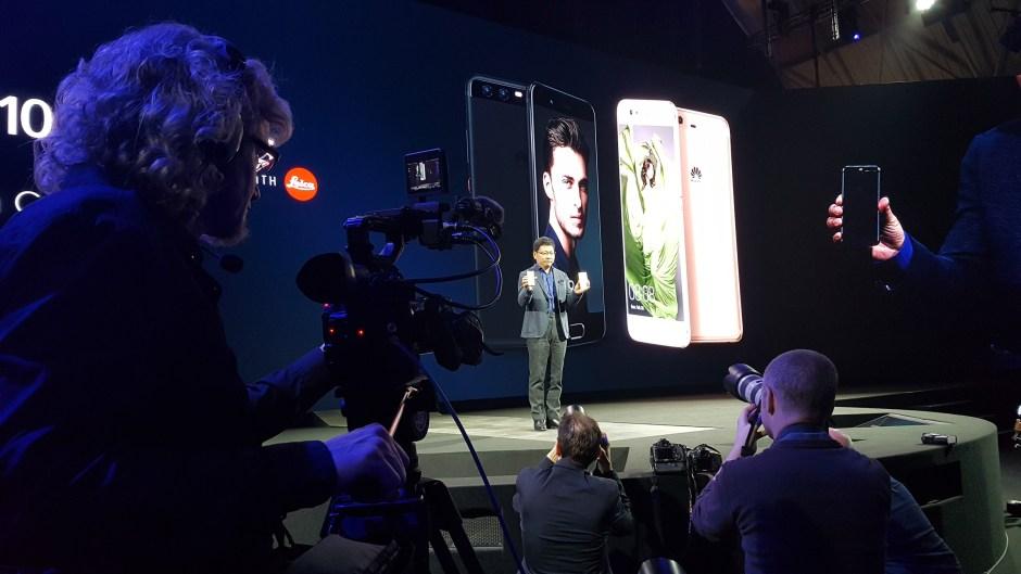 Le nouveau Huawei P10, conçu avec Leica, a été dévoilé au MWC 2017 de Barcelone.
