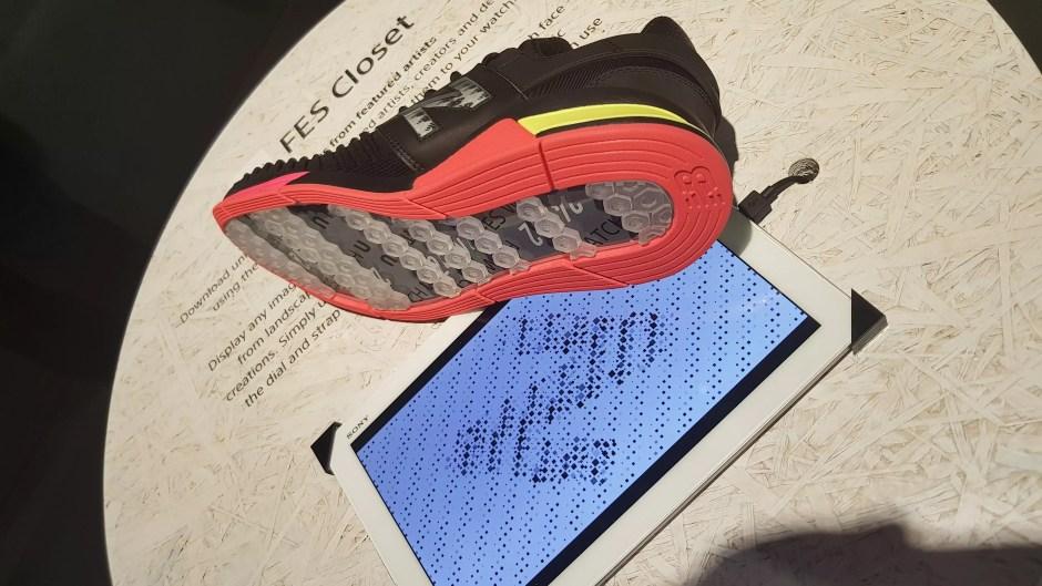 """Concept: des baskets avec semelles et marques personnalisables """"e-ink""""."""