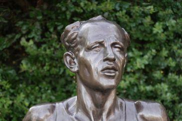 Un portrait, un bronze.