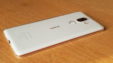 Le Nokia 7 Plus dans sa coque transparente.