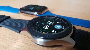 La Samsung Galaxy Watch et l'Apple Watch series 4.