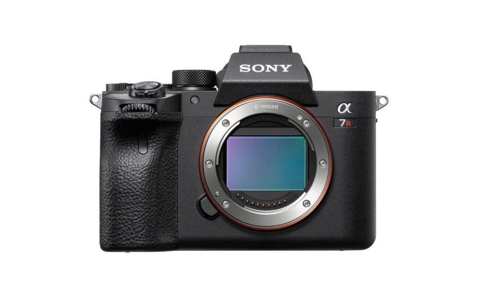 Avec 61 MPX, Sony relance la course avec son dernier Alpha 7R IV La course aux pixels sévit toujours dans le monde de la photographie et des smartphones spécifiquement dédiés à cet usage. Sony le prouve une nouvelle fois avec son Alpha 7R IV, premier appareil photo numérique au monde doté d'un capteur plein format rétroéclairé et composé d'une résolution exceptionnelle de 61 MégaPixels, selon le Nippon… Evidemment, ce chiffre ne fait pas tout. «L'appareil est associé à une vitesse de mise au point et une réactivité très élevée, dans un boîtier maniable, compact et léger. Une plage de dynamique exceptionnelle de 15-stop (diaphragme) en basse sensibilité, offre des gradations précises, délicates et naturelles, depuis les zones les plus lumineuses aux noirs les plus profonds», s'empresse de préciser Sony. On ne poursuivra pas l'analyse de cette fiche technique, car on a eu l'occasion de tester ici à plusieurs reprises le savoir-faire de Sony en matière d'appareil photo, également réputé pour leur potentialité appréciable à réaliser de magnifiques vidéos en 4K. Précisons toutefois que Sony est désormais capable d'offrir des appareils capables de faire le point dans les yeux du sujet! Magnifique! Le nombre de pixels ne fait pas tout! Mais revenons au chiffre du jour, soit ces 61 MégaPixels proposés sur ce boîtier à 4500 francs, pour préciser son orientation! Un chiffre trois fois supérieur à certains réflexes. Evidemment, d'aucuns me répliqueront immédiatement que ce n'est pas la résolution qui fait la qualité d'une photo, ce qui est juste. Une telle résolution facilite toutefois les recadrages énergiques. Mais mon interrogation du jour est tout autre dans cette société numérique un peu folle où les chiffres les plus improbables deviennent quotidiens, comme les 10 Mégabits/sec en symétrique de Salt Fiber; un débit qui deviendra peut-être un jour nécessaire si cette course à la résolution en matière de photo et de vidéo, pensons à la 8K, se poursuit… Toujours plus de donn