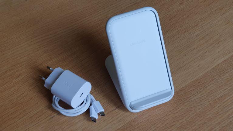 Le support de chargement sans fil de Samsung et son chargeur 25W.
