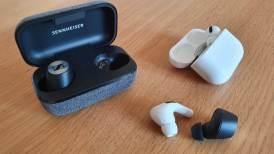 Les Sennheiser Momentum True Wireless 2 et les Apple AirPods Pro.