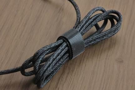 Logi Zone Wired: l'attache pour le câble recouvert de tissus.
