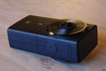 La caméra Y1 360 4K: un peu plus épaisse qu'un paquet de cigarettes.