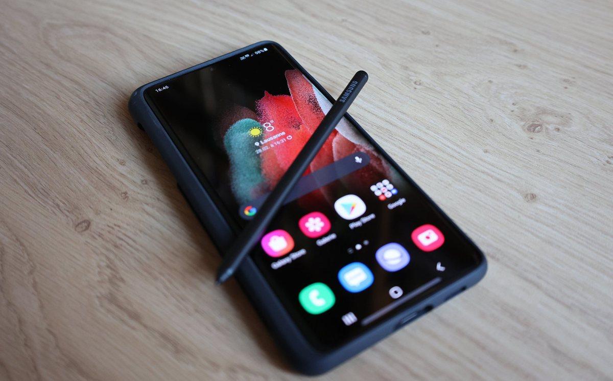 Le Samsung Galaxy S21 Ultra 5G, son S Pen et sa coque de protection en silicone.