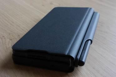 Le Samsung Galaxy Z Fold 3 dans son étui avec son stylet.